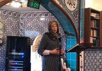 Тереза Мэй облачилась в платок и обратилась к мусульманам в мечети