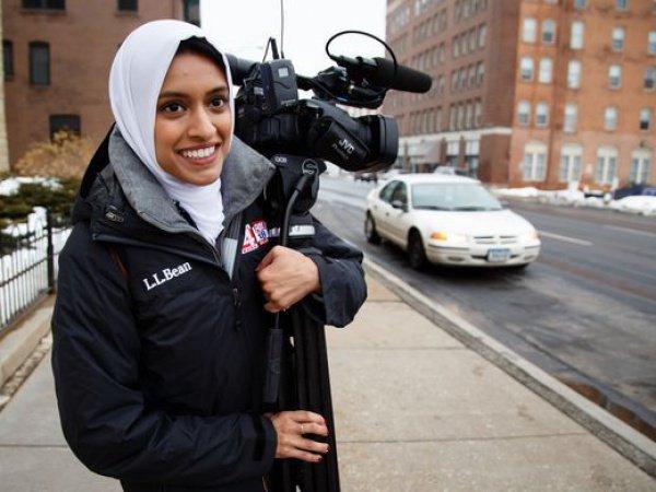 После 2-х лет работы в редакционной команде вечерних новостей мусульманке, наконец, разрешили самостоятельно выйти в эфир