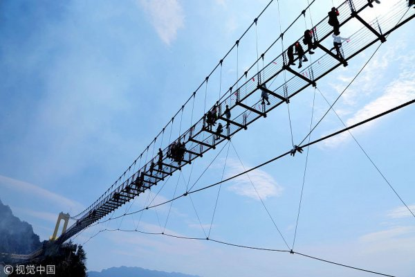 Конструкция моста позволяет ему одновременно выдерживать вес 2 тыс человек