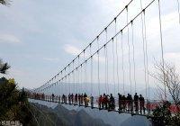 Самый высотный стеклянный мост появился в Китае (ФОТО)