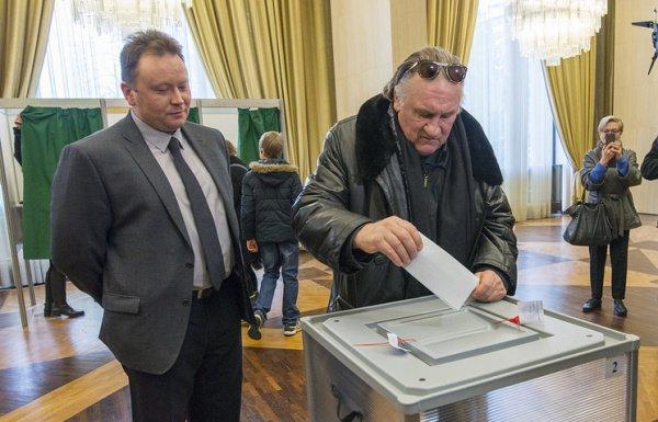 Жерар Депардье голосует на выборах президента РФ.