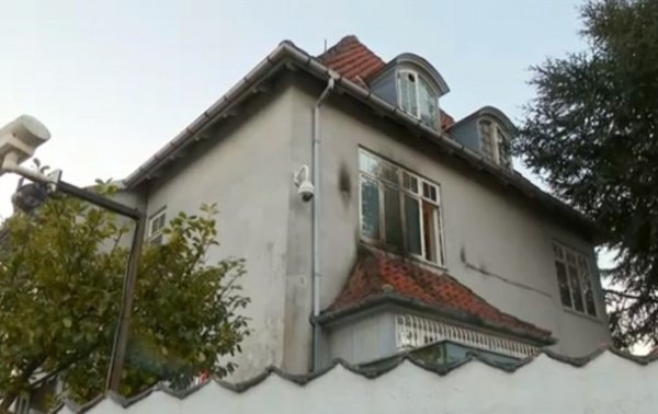 Поврежденное вандалами здание посольства Турции в Копенгагене.
