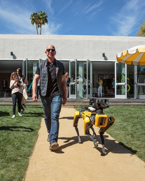 Руководитель Amazon выгулял свою новейшую собаку-робота