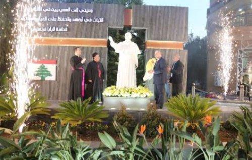 Памятник Папе Римскому появился в пригороде Бейрута.
