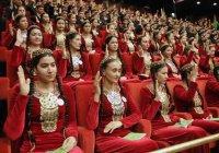 В Туркменистане женщинам запретили осветлять волосы и красить ногти
