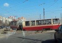 Трамвай с пассажирами рассыпался на ходу в Петербурге