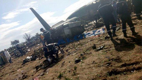 На месте крушения продолжают работать спасатели.