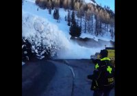 Во французских Альпах запечатлели сход лавины (ВИДЕО)