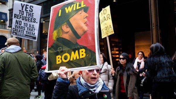 Участники протестов в Нью-Йорке.