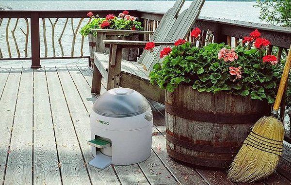 Компактное устройство рассчитано на стирку 2,5 кг не сильно загрязненной одежды, например, на пикнике или на загородной даче