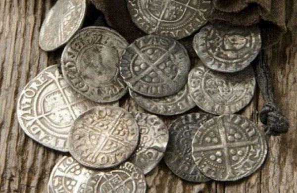 Клад также содержал браслеты, ожерелья, броши, жемчужные украшения и кольца