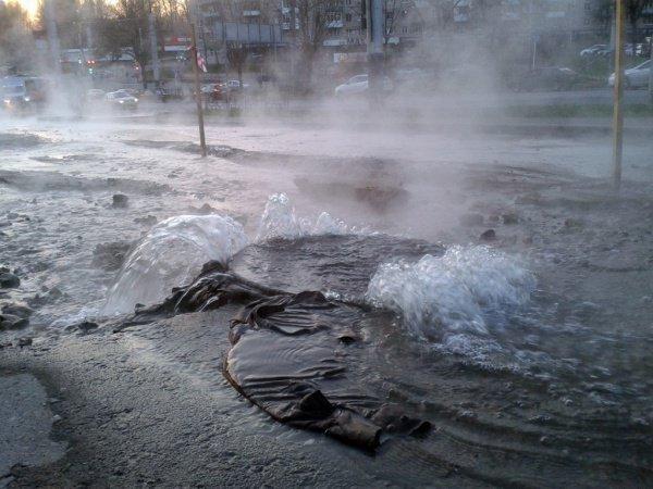 Напроспекте Юрия Гагарина хлынувшая изтрубы вода затопила двор— свидетели