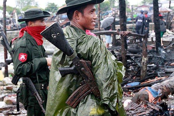 Военнослужащие Мьянмы в одном из сожженных сел рохинджа.