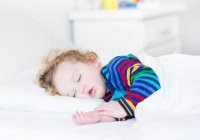 Медики: Недосыпание в детстве грозит ожирением