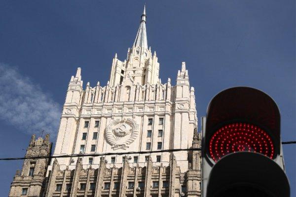 Из здания МИД РФ эвакуировали более 40 человек.