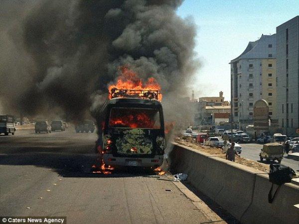 Автобус с паломниками и бензовоз столкнулись в Саудовской Аравии.