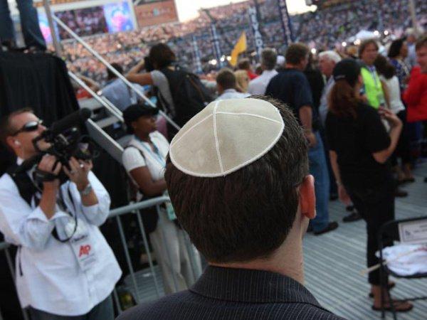 Кипа - один из религиозных атрибутов одежды евреев.