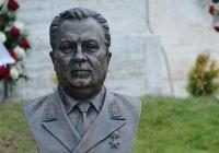 Рустам Минниханов возложил цветы к бюсту Андрея Карлова в Анкаре
