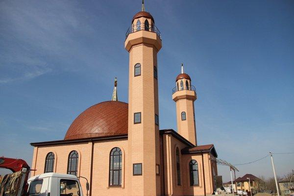 Мечеть имеет сразу два минарета.