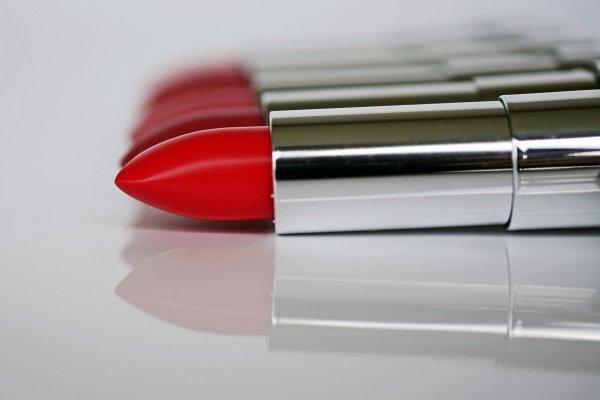 В комплекте с красным телефоном идет губная помада Yves Saint Laurent того же оттенка