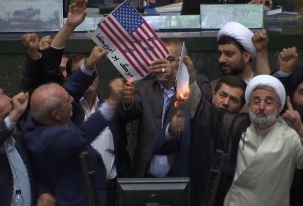 В парламенте Ирана сожгли флаг США (Видео)
