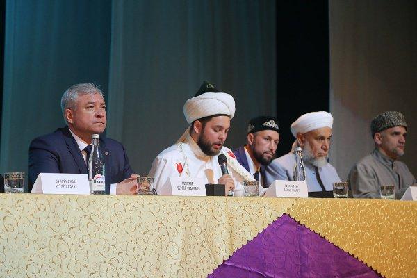 Ахмад хазрат Гарифуллин (в центре) на форуме.