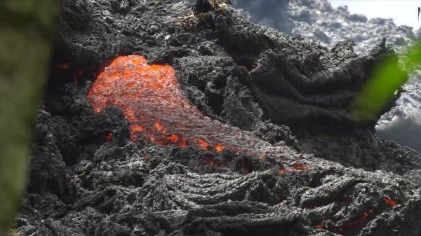 17-я трещина достигает общей протяженности в несколько сотен метров, внутри заметны всплески лавы