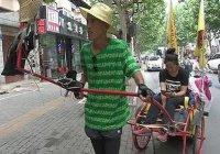 В Китае ради свадьбы мужчина 1000 км вез девушку на тележке