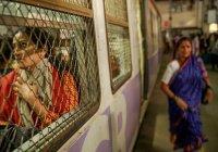 В Индии военный вытащил 5-летнюю девочку из-под поезда