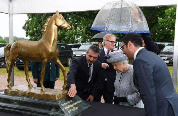 Британскую королеву восхитило азербайджанское шоу скакунов