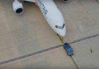 Tesla Model X отбуксировал пассажирский Boeing (ВИДЕО)