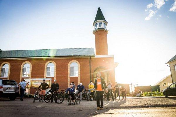 Стартовав от Центральной мечети, участники пробега проехали по улицам Марджани, Ленина, Строителей, Гафиатуллина, Белоглазова и вернулись к началу своего маршрута