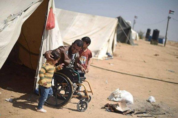 Палестинец-инвалид погиб в районе поселка Абасан в южной части сектора Газа, находясь в группе мирных демонстрантов
