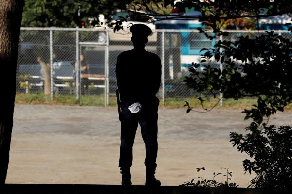 Сотрудники полиции ведут расследование и патрулируют территорию медицинского университета