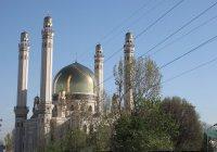 Сильный ветер ветер вырвал обшивку мечети в Алматы
