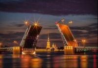 Канатоходец прошел по разведенному Дворцовому мосту (ВИДЕО)