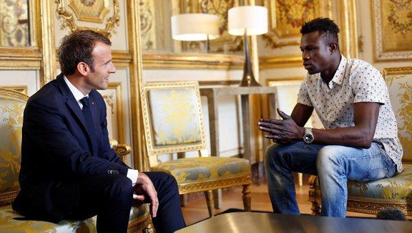 Президент Франции с мигрантом-героем.