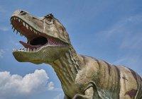В Лондоне по Темзе проплыл динозавр (ФОТО)