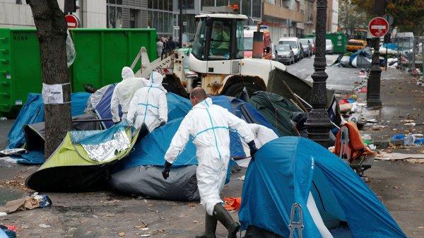 Мигрантов в Париже начали расселять.