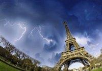 В Эйфелеву башню ударила молния (ВИДЕО)