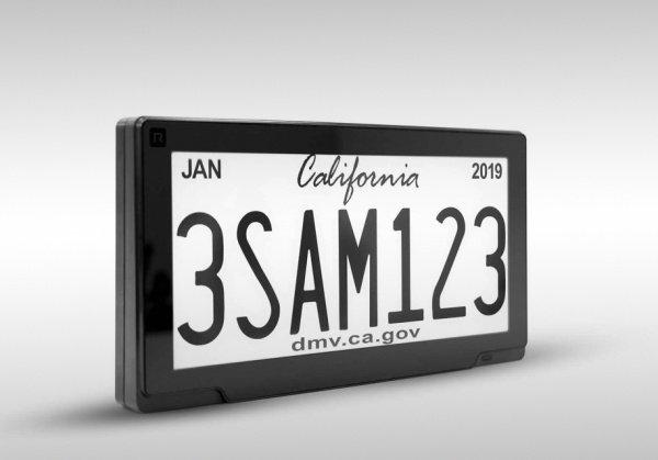 Цифровой номерной знак имеет дисплей, как у электронной книги, где отображается уникальный номер машины