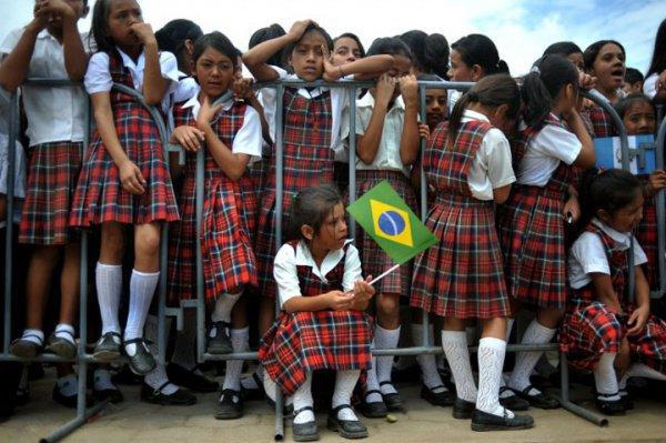 Когда учитель заплакал, дети подбежали, чтобы обнять его