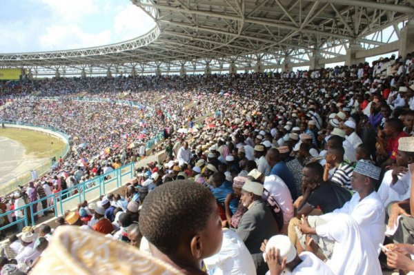 Конкурс проходит на одном из футбольных стадионов.