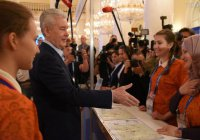 Мусульманка отказалась от рукопожатия с мэром Москвы