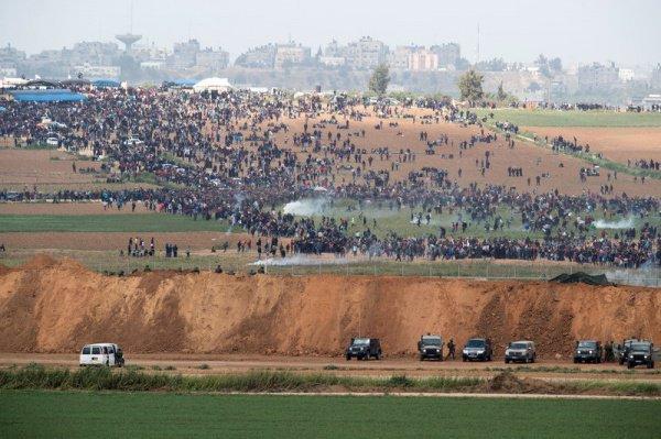 В секторе Газа продолжаются протесты палестинцев.