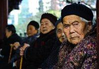 В Китае полицейский перенес пенсионера через дорогу (ВИДЕО)