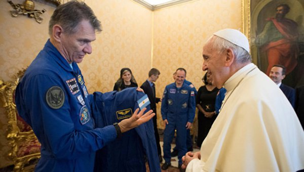 Члены очередной экспедиции на МКС в гостях у Папы Римского.