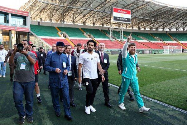 Мохамед Салах приветствует поклонников на открытой тренировке сборной Египта.