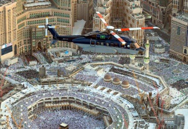 Вертолет патрулирует территорию Запретной мечети.