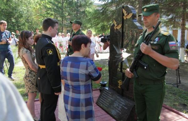 На открытие памятника пришли десятки человек.